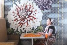 Dutch Dahlias / Dutch dahlias bestaat uit een bijzondere collectie muurprints die aangepast kunnen worden aan het formaat van uw muur. Het ontwerp wordt geleverd op een hoogwaardige kwaliteit vinyl behang dat makkelijk zelf is aan te brengen.   Dutch dahlias is een samenwerkingsproject van Saskia van der Linden (illustrator) en Maya Burghouts (stylist).