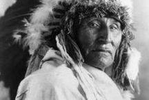 """NATIVE American / """"Nous avons toujours eu beaucoup; nos enfants n'ont jamais pleuré de faim, notre peuple n'a jamais manqué de rien... Les rapides de Rock River donnaient un excellent poisson, et la terre très fertile donnait bonnes récoltes de maïs,  haricots, citrouilles, courges... Notre village depuis plus de 100 ans  nous avons tenu la vallée sans guerre. Si un prophète était venu en ce temps-là nous prédire ce qui allait advenir, et ce qu'il est devenu, personne  ne l'aurait cru.""""  Black Hawk, chef indien  / by Dona Rodrigue ( 1 ) HISTOIRE"""