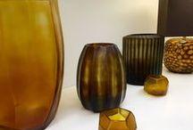 GUAXS Vasen / Die Tübinger Firma GUAXS stellt handgemachte Vasen aus Glas, Holz und Metall in kleinen Editionen her. Jedes Stück wird in Manufakturen von Experten gefertigt und in Form gebracht.