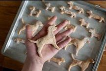 Onze hondenkoekjes / Daniël en Boy van Dagbesteding Daan bakt heerlijke hondenkoekjes met hoofdzakelijk biologische ingrediënten. De koekjes bevatten geen zout, geur-, smaak- en kleurstoffen of conserveringsmiddelen.