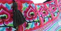 Hmong Taschen aus Thailand von ETHNIC STYLES / Must(er)-Have Ethno-Accessoires: Bestickte Hmong Taschen aus Thailand. Unsere liebevoll bestickten Ethno-Taschen werden von Frauen des Hmong Bergstammes in Thailand aus traditionellen Trachtenstoffen kreiert und modern interpretiert. Für diese Arbeit erhalten die Kunsthandwerkerinnen einen fairen Lohn und gute Arbeitsbedingungen.