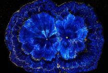 """Cristale / """"Starea normala a materiei solide este cea cristalina.Aceasta este o stare de ordonare (aproape) perfecta a particulelor componente,atomi,molecule sau ioni,in tipare geometrice regulate."""" C.D.Nenitescu """"Chimie generala"""""""