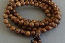 Mala Perlen / Als Mittel zur Vertiefung von Meditationen werden die Malas oder Gebetsketten im Hinduismus und Buddhismus seit jeher verwendet. Mala Ketten sind meist aus Naturmaterialien, wie z.B. Edelsteinperlen, Holz Perlen, Nussfrüchten und Knochen Perlen gefädelt oder geknotet.