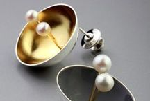 pod in pot collection / Pearls, held by their delicate branches, peek from their cocoon to discover their surroundings. Notice the delightful circular harmony among the pearls, branches, and shells of pod in pot.