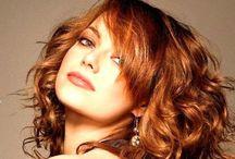 Punaiset hiukset - Red hair / Paljon punaisia hiuksia vaaleasta kuparista tummanpunaisiin ja metallinhohtoisiin fantasia sävyihin, pinkkeihin ja liiloihin, shokkivärisiin & puuterisen pastilleihin. #punaisethiukset #kuparisethiukset #tummanpunaiset #pastelliväri #fuksianpunainen #viininpunaisethiukset