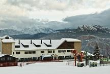Hotel Serhs Ski Port del Comte ** / EL Hotel Serhs Ski Port del Comte es el único ubicado a pie de pistas de la estación de Ski de Port del Comte. El Hotel Serhs Ski Port del Comte es un establecimiento de montaña de categoría 2 estrellas situado a pie de pistas de la estación de esquí Port del Comte, muy apreciada por su proximidad.  Se encuentra en medio del Pre-pirineo, muy cerca de las principales capitales catalanas: 140 kilómetros de Barcelona, 130 de Lleida, 150 de Tarragona y 160 de Girona.