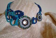 collane / Queste collane sono realizzate in macramè e altre in licra, un tessuto molto duttile e coloratissimo, ideale per l'estate