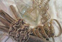 cinture / Le cinture sono realizzate con cordini in cotone cerato, morbidi intrecci che si posano sui fianchi per arricchire gli abiti leggeri di questa estate