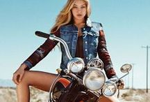 Mulheres e Motos / Este painel é para homens que adoram uma combinação entre motos potentes e mulheres lindas.