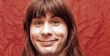 """BRUCE DICKINSON / Antes de Iron Maiden, fue el cantante en una banda similar, llamada Samson a partir de 1979 hasta que se unió a Iron Maiden dos años más tarde. En Samson y bandas anteriores, era reconocido bajo el nombre de """"Bruce Bruce"""". Hizo su debut discográfico con Iron Maiden en el álbum """"The Number Of The Beast"""" en 1982. Durante los años anteriores, se encontraba en Styx (1976) (no confundir con la banda americana del mismo nombre),"""