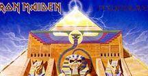 """Albums / Powerslave / Powerslave representa la esencia de Iron Maiden en el pináculo de su """"Edad de Oro"""" y es el primer álbum sin cambios en la alineación de la banda.  Ningún otro álbum capta claramente el espíritu de poder, de la fantasía, y emoción.  La banda atravesaba un gran momento compositivo, y lo terminarían confirmando con lo que para algunos es su trabajo más brillante.  Tomando como referencia al antiguo Egipto, y con una de las mejores portadas de toda su discografía (del maestro Derek Riggs),"""