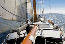 Platbodems / Tjalken, skûtsjes, lemsteraken en zeeschouw uit de vloot van Waterrecreatie Syperda. Verschillend ingericht met max. 7 tot 14 slaapplaatsen, te huur met of zonder schipper.