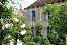Bucolique / au fil des saisons... un petit cottage dans la nature, des fleurs, des fruits... c'est la belle vie...