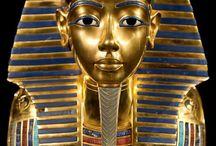 Tiempo de Faraones / La historia de Egipto se desarrolló en el valle inferior del río Nilo, los antiguos egipcios desconocían las crecidas de este gran río por lo que lo creían un Dios. En sus inicios, 5000 ADC era habitado por clanes  y tribus seminomadas, al hacerse sedentarias se unieron voluntariamente, o sometidas por un jefe poderoso que se convertiria en Faraon. Asi nacieron dos reinos, el alto y el bajo Egipto, entre estas hubo grandes luchas hasta que Menes formo un solo imperio, siendo Menfis la capital. / by Raquel Inés López