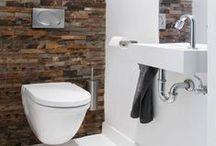 Tegelstroken/Muurstrips / Het aparte formaat van tegelstroken geeft een bijzonder effect in een badkamer.