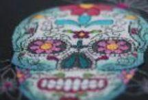 Cabinet de curiosité Brod'Attack! / Calaveras, moustaches, et autres motifs décalés au point de croix