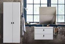 BAD - Bright / Med Bright får du et veldesignet møbel som passer på stort sett alle baderom. Serien finnes i hvitt med tre ulike designer og med to ulike vakre porselensservanter. Skuffeinnredningen i Bright er en svart treskuff som skaper en vakker kontrast til det hvite møbelet.