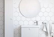 BAD - Compact / Compact er et praktisk baderomsmøbel som passer for det litt mindre eller grunnere baderommet. Compact tilbys i hvit utførelse samt i svart eik. Skuffeinnredningen i Compact er vår flotte designskuff Ballingsløv Design Box®.