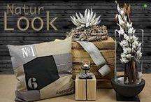Natur Look / Unserer Kategorie Natur Look sehen wir in den Farben der Natur in Verbindung mit kräftigen Tönen. Ein Kissen mit Aufdruck, ein Holzblock aus Eiche zum dekorieren oder eine edle Vase. Abgerundet mit einem Kranz.