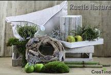 Rustic Nature / Mit unserem Programm Rustic Nature holen Sie sich den Herbst in seiner ursprünglichen Art zu sich nach Hause. Kissen, Kranz, Holzkerze und Tablett für Ihre Deko.