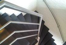 RVS leuningen en balustrade / Uw trap is gerenoveerd, maar de oude trapleuning past niet meer bij de nieuwe, op maat gemaakte trap. Daar heeft Upstairs een oplossing voor: als leverancier van een totaal nieuwe look van uw hal maken wij uw traprenovatie compleet met een mooie leuning en/of balustrade en bijpassende verlichting in de treden.