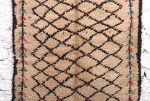 Catifes / Carpets / Alfombras / Tapis / Catifes berbers del Marroc, fetes a ma a la manera tradicional. Un món de símbols, de colors i de textures… Decoren i són útils! #moroccancarpet #moroccanrug #beniouarain