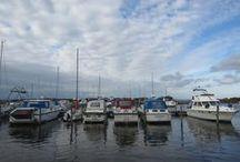 Bork Havn - Ringøbing Fjord / Am 24. August 2013 besteht die kleine Hafenstadt Bork Havn im Süden des Ringkøbing Fjords bereits 100 Jahre. Bork Havn ist immer eine Reise wert! Nicht nur der charmante Hafen mit der kleinen Einkaufsstrasse, sondern auch das Wind- und Kitesurfgebiet und die Ferienhäuser inmitten der Natur am Fjord verlocken dort zu verweilen.