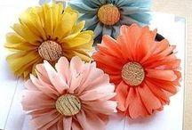 sztuczne kwiaty / Materiał, wstążka, papier, szydełko, koronka, koraliki, itp. Wszystko z czego można wyczarować ozdobny kwiatek.
