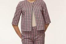 Хлопковые костюмчики-пижамки / Пижамный стиль набирает новый виток популярности. Сначала модная общественность с опасениями отнеслась к новому веянию, но постепенно тренд полюбился и продвинутым fashion-блогерам, и знаменитостям. Звезды все чаще демонстрируют стильные образы на светских мероприятиях. Идеальное дополнение образа – туфли на высоком каблуке и клатч. А аксессуары придадут look`у торжественности. Особое внимание следует уделить макияжу и прическе – такой неоднозначный и смелый образ не допускает небрежности.