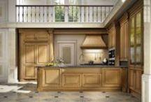 Kitchen / Cucina in acero naturale patinato, con interni laccati, portaposate in legno massello, vetrine con vetro bisello illuminate con faretti a led. Kitchen | Handmade in Italy | Bespoke | Luxury Furniture