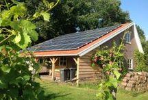 Zonnepanelen voor MKB'ers / In eigen beheer elektriciteit opwekken met zonnepanelen heeft vele voordelen voor het Midden en Klein Bedrijf. De zonne-energie die zelf wordt opwekt met de zonnepanelen hoeft niet ingekocht te worden. Hoe meer de stroomprijs gaat stijgen in de toekomst, hoe groter het voordeel voor uw zaak is. Daarnaast zijn zonnepanelen een vorm van duurzame energie, welke geen uitstoot van CO2 oplevert.