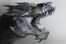 Dragones / Dragones, grandes reptiles alados pertenecientes a una de las razas más antiguas que existe en la mitología. Famosos por su enorme figura, de unos 30 metros y por sus cualidades mágicas. Su piel es escamosa, que con los años se va haciendo más dura.  El dragón tiene sentidos agudos, por lo que puede detectar asta seres invisibles  Cada dragón, dependiendo de sus características, atacara con aliento distinto, a demás son muy ágiles a pesar de su gran tamaño.