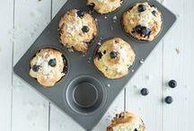 Muffins / Klein, handlich und groß im Geschmack: Muffins sind aus unserer Coffee-to-go-Gesellschaft nicht mehr wegzudenken. Aber nicht nur für unterwegs, auch auf Buffets, Kaffeetafeln oder Kindergeburtstage werden die kleinen Küchlein gerne gesehen. Wie du merkst: Die Mini-Kuchen gehen einfach immer!