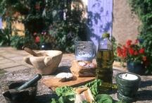 Terroir & Gastronomie / Le terroir d'Argence est cultivé depuis les Romains, par des générations de producteurs attentifs et talentueux. Il bénéficie d'un ensoleillement exceptionnel. Cette abondance de bonnes choses a façonné un art de vivre où la gourmandise se conjugue à la convivialité. A découvrir sur tous les marchés, dans les boutiques, chez les producteurs ou dans les restaurants : AOC Clairette de Bellegarde, AOC Costières de Nîmes, AOC Taureau de Camargue, AOP Huile d'Olive de Nîmes, IGP riz de Camargue