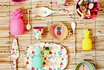 Juniorküche - Küchenlieblinge für Kinder / Hier findet ihr alles was Kindern in der Küche Spaß. Farbenfrohe Geschirrserien, süße Trinkbecher und kleines Besteck. Produkte, die ideal für kleine Kinderhände sind und endlich Farbe an den Tisch bringen. Damit schmeckt's gleich noch viel besser!