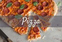 Pizza / Pizza, Pizza! All diejenigen, denen eine Margherita zu langweilig ist, finden hier garantiert ihre neue Lieblingspizza! Erlaubt ist, was gefällt. Ob original italienischer Pizzateig oder Vollkorn-Boden, würzige Tomatensauce oder Creme Fraîche als Basis, Salami, Antipasti-Gemüse oder Lachs on top. Von traditionell bis außergewöhnlich - Hier findest du alles!