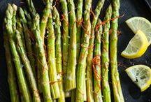 Endlich Spargelzeit / Ab Mitte April macht sich in der Welt der Foodies Schnappatmung bemerkbar. Da knubbeln sich Menschentrauben vor dem Gemüsestand am Wochenmarkt, Sparschäler werden zuhause hektisch geschärft und Foodblogs durchstöbert nach… Spargel.  Weißer oder grüner Spargel ist frisch vom Feld nur etwa 7 Wochen im Jahr verfügbar und daher heiß begehrt.   Hier erhälst du Rezepte & Tipps für dein perfektes Spargel Erlebnis!