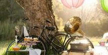 Picknick mit Freunden / Ich packe meinen Picknick-Korb und hinein kommen: Mediterrane Sandwiches, ein feiner Rhabarberkuchen, hausgemachte Milchschnitte und Eistee. Hier findest du leckere Rezepte, die sich ganz einfach zu deinem Lieblingsplatz im Freien transportieren lassen. Denn im Sommer wollen wir jede Minute draussen verbringen!