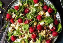 Sommer-Salate / Immer Sommer brauchen wir was Leichtes! Aber immer nur Salat? Mit diesen Rezepten wird's dir bestimmt nicht langweilig! Hier kommen unsere liebsten Salat Rezepte für heiße Sommertage und unvergessliche Gartenpartys. Salate, für die dich deine Kollegen im Büro beneiden und für die das Grillfleisch links liegen gelassen wird.
