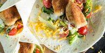 Wrap it up! Wraps & Burritos / Sie sind der perfekte Begleiter für Picknick, Mittagspause oder gemütlichen Serienabend. Die Rede ist von Wraps! Noch unschlüssig womit du deine Tortilla füllen sollst? Wir hätten da ein paar Ideen. Vom Klassiker, dem Crispy Chicken Wrap, über herzhafte Breakfast Tacos mit Rührei bis hin zu unserem aktuellem Liebling: dem Frühstücks-Wrap mit Erdbeeren und Knuspermüsli. Let's Wrap 'n' Roll!