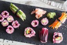 Sushi / Superlecker und dazu auch noch sooo gesund: Wir können froh sein, dass diese Erfindung aus Japan zu uns rüber geschwappt ist und mittlerweile weit verbreitet ist. Ob klassisch mit Fisch, aber auch mit allerlei Gemüse, Ei, Tofu oder etwas ausgefallener mit Obst und Schokolade...hier wird jeder zum echten Sushi-Fan.