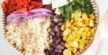 Eat the Rainbow - es wird bunt auf deinem Teller / Wusstet ihr, dass es eine Diät gibt, bei der bei jeder Mahlzeit mindestens fünf verschiedenfarbige Lebensmittel verzehrt werden sollen? Die Wissenschaft bestätigt: Je mehr Farben und je mehr sekundäre Pflanzenstoffe sich auf einem Teller versammeln, desto gesünder. So jetzt aber Schluss mit dem Nerd-Wissen. Ab in die Küche mit euch! Kocht etwas, das nicht nur euren Gaumen, sondern auch eure Augen erfreut. Und verwendet dabei nicht nur fünf, sondern gleich alle Farben des Regenbogens!