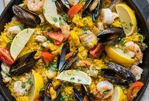Bienvenidos a España - spanische Küche / Hola Chica, hola Chico, seid ihr bereit für einen kleinen Ausflug? Wir nehmen euch mit auf eine kulinarische Reise ins Land der Toreros und des Flamenco und schlemmen uns gemeinsam durch Paella, Churros, Crema catalana und eine ordentliche Portion Chorizo. Ja, das ist Genießen auf spanisch - benvenidos a España!