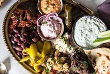 Greek Style: Essen für Götter / Die Griechen wissen, wie man genießt! Stundenlang werden in gemütlichen Tavernas cremiger Joghurt, Moussaka, nach dem man sich die Finger leckt, und frische Salate mit Feta miteinander geteilt. Und erst die Vorspeisen! Haben wir eure Sehnsucht geweckt? Dann auf ins griechische Schlemmerparadies - wir zeigen euch, wie ihr euch den Greek Style nach Hause holt.