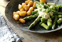 Frühlingsgefühle   Rezepte aus der Frühjahrsküche / Zeit für frischen Wind auf dem Teller! Wir wollen knackiges Gemüse, Bärlauch-Rezepte, leckere Kräuter und unseren geliebten Rhabarber. Das klingt gut? Dann holt euch den Frühling in die Küche und schlemmt euch mit uns durch diese lecker-leichten Rezepte.