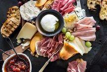 Tapas & Antipasti - alles für einen gemütlichen Abend / Mezze, Tapas und Antipasti - türkische, spanische und italienische Vorspeisen, die das Essen zum wahren Genuss machen. Hier findest du eine Vielfalt an Ideen für kalte, warme oder eingelegte Kleinigkeiten zum selber machen. Mit diesen Rezepten steht einem gemütlichen Abend mit deinen Freunden nichts mehr im Weg!