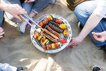 Blogger Barbecue / Hallo Grillsaison! Hallo laue Sommerabende mit Freunden! Wir freuen uns auf würziges Fleisch, aromatisches Gemüse und saftigen Fisch. Teilt eure besten Rezepte mit uns und zeigt her eure Marinaden und Saucen, frisch gebackenen Brote und knackigen Salate. Der Sommer wird lecker! Und gleich noch besser mit dem passenden Drink zum Anstoßen...