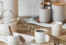 Geschirr-Lieblinge / Wenn's hübsch aussieht, schmeckt's einfach dreimal so gut. Egal ob skandinavisch, rustikal, orientalisch oder schlicht - wir sind ganz verliebt in schönes Geschirr! Ein Muster hier, ein Pastellton da, etwas Buntes dort...unsere Wunschliste für Küche und Tisch wächst und wächst.