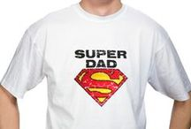 Prezenty  dla Taty / W naszej bogatej ofercie ciążowej dla przyszłych mam nie mogło zabraknąć kategorii dla Taty. To właśnie Tata najczęściej pierwszy dowiaduje się, o błogosławionym stanie swojej partnerki. Koszulka dla taty to rewelacyjny pomysł na oryginalny prezent. Szczęśliwa przyszła mama może  w ten sposób zakomunikować mu, że będzie tatą. Wkładając koszulkę z genialnym napisem SUPER DAD czy odciśniętą rączką maleństwa i mamy  będzie mógł odczuwać ogromną dumę z tego, że zostanie ojcem.