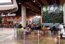 Muros verdes en Guatemala - San Martin Naranjo Mall / Estos muros verdes se construyeron en 2015 en un restaurante de San Martín Naranjo Mall (Guatemala). Los dos jardines verticales del proyecto miden alrededor de 26 metros cuadrados, y en su elaboración se emplearon más de 800 plantas. El proyecto es fruto de la colaboración entre By Botanik y Paisajismo Urbano.